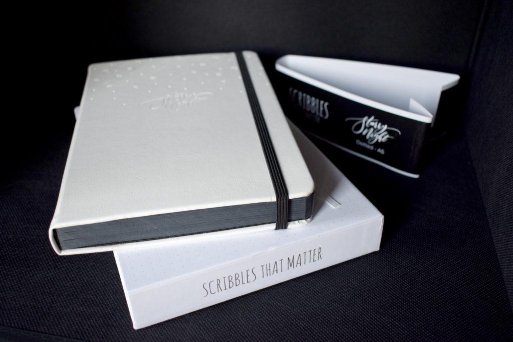 Quaderno con pagine nere puntinate